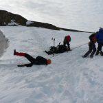 Stačilo pár záběrů několika párů silných paží a oběť je zase na pevné zemi (sněhu).