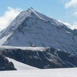 Pohled z ledovce zpět na chatu. V pozadí pravidelná pyramida Fuscherkarkopfu.