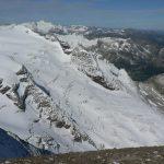 Pohled z vrcholu Mittlerer Bärenkopf na rozpraskaný ledovec.