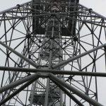 Skoro padesát metrů vysoká věž je vidět zdaleka.