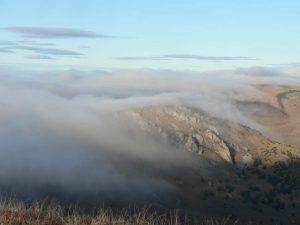 Chuchvalce mlhy leží na kopcích.