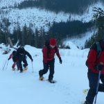 Vybíháme kopec s nasazenými sněžnicemi.
