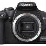 Canon EOS 1000D pohled zepředu.