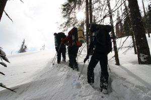 Hlubokým sněhem se prodíráme na hřeben.