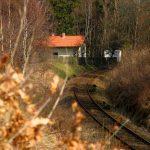 Domek viděný ze stráně nad železniční tratí.