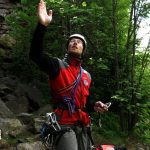 Radek popisuje základní lezecké vybavení.
