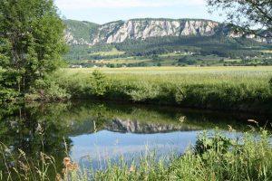 Výhled od našeho tábořiště přes rybník na Hohe Wand.