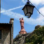 Ohromná socha Panny Marie nad městem.