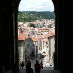 Východ z chrámu Notre-Dame do města.