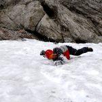 Eliška se otáčí během pádu po zádech.