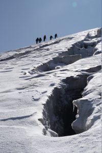 Pochod ledovcem mezi trhlinami.