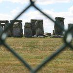 Stonehenge bylo obsypáno davy turistů, radši jsme zůstali za plotem.
