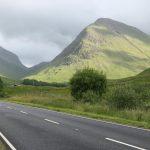 Silnice v kopcích skotské vysočiny.