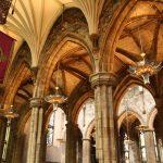 Úžasné sloupoví a strop katedrály.