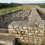 Hadriánův val, zbytky dva tisíce let starého římského opevnění.