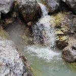 Potok ve vápencových skalách.