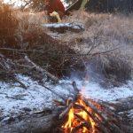 Na lesní cestě rozděláváme oheň, abychom zaplašili medvědy.