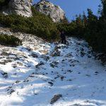 Směs ledu, štěrku a sněhu hodně podkluzovala.