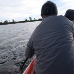 Přeplouváme první jezero, voda je průzračně čistá.