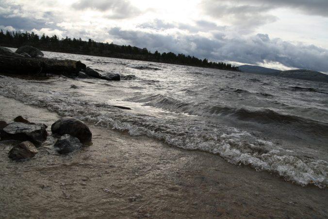 Neklidná hladina jezera ale vzdouvá příliš velké vlny.