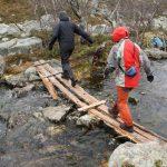 Mosty a chodníky přes vodu byly opotřebované, ale ještě použitelné.