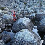 K cestě patřilo i skákání přes veliké kamenité pole nad vodou.
