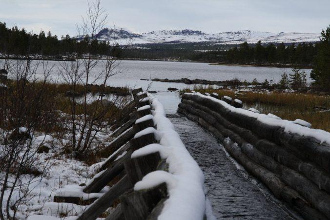 Dřevěné koryto propojilo dvě dříve oddělená jezera.