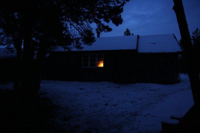 V noci byl vidět z chalupy jen svit svíčky. Romantika.