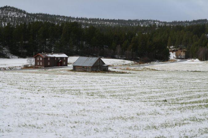 Typická norská usedlost: několik osamocených stavení u silnice.