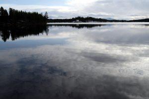 Krása norské oblohy i jezera v naráz.