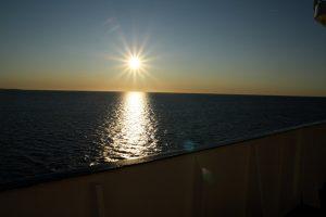 Východ slunce nad mořem.
