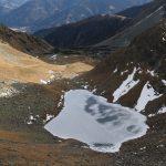 Konečně v sedle! Pohled na zmrzlé jezero a Seckauerské Taury.