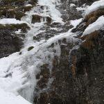 Zamrzlý vodopád v bočním žlebu.