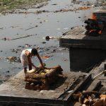 Pashupatinath, nejsvětější místo hinduismu. Tato stoka je posvátná řeka.