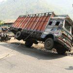 Převrácený náklaďák není pro Nepálce problém. Za 20 minut byl zase na kolech.