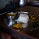 Dal bhat, tradiční nepálské jídlo. Rýže, čočková polévka a přílohy.