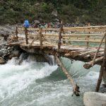 Dřevěný most přes řeku s pěknou šlajsnou.
