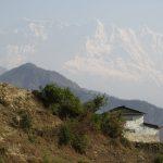 První pohled na zasněžené předhůří Dhaulágirí.