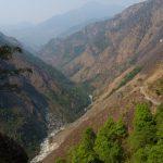 Stoupáme proti proudy Myagdi Khola krásně sevřeným údolím. Pohled zpět.