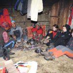 Opuštěná chatrč v Dobangu, nahříváme se během odpoledního deště.