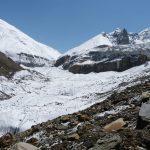 Čeká nás cesta po ledovci, vpravo jsou vidět ohromné séraky.