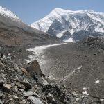 Dhaulágirí BC už máme na dohled. Leží pod nádherným Tukuche Peakem.