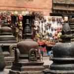 Hinduistické oltáře na pozadí s cingrlátky pro zástupy turistů.