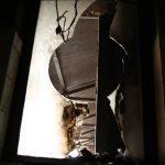 Žánrové rozloučení s Káthmándú: okýnko na záchodě na letišti.