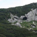 Ve vápenci je spousta puklin a jeskyní.