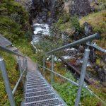 Zkratka vyhlídkovou trasou okolo vodopádů.