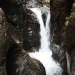Působivý vodopád sevřený mezi skalami.