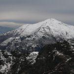 Lehký poprašek sněhu na okolních horách byl fotogenický.