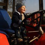 Malý traktorista.