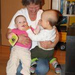 Hrajeme si s babičkou a sestřenkou.
